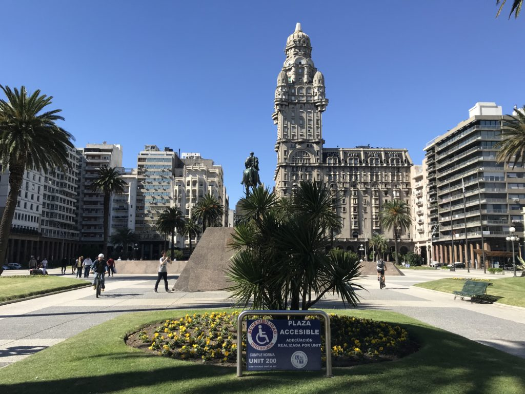 An accessible sign at the Plaza de Independencia in Montevideo.
