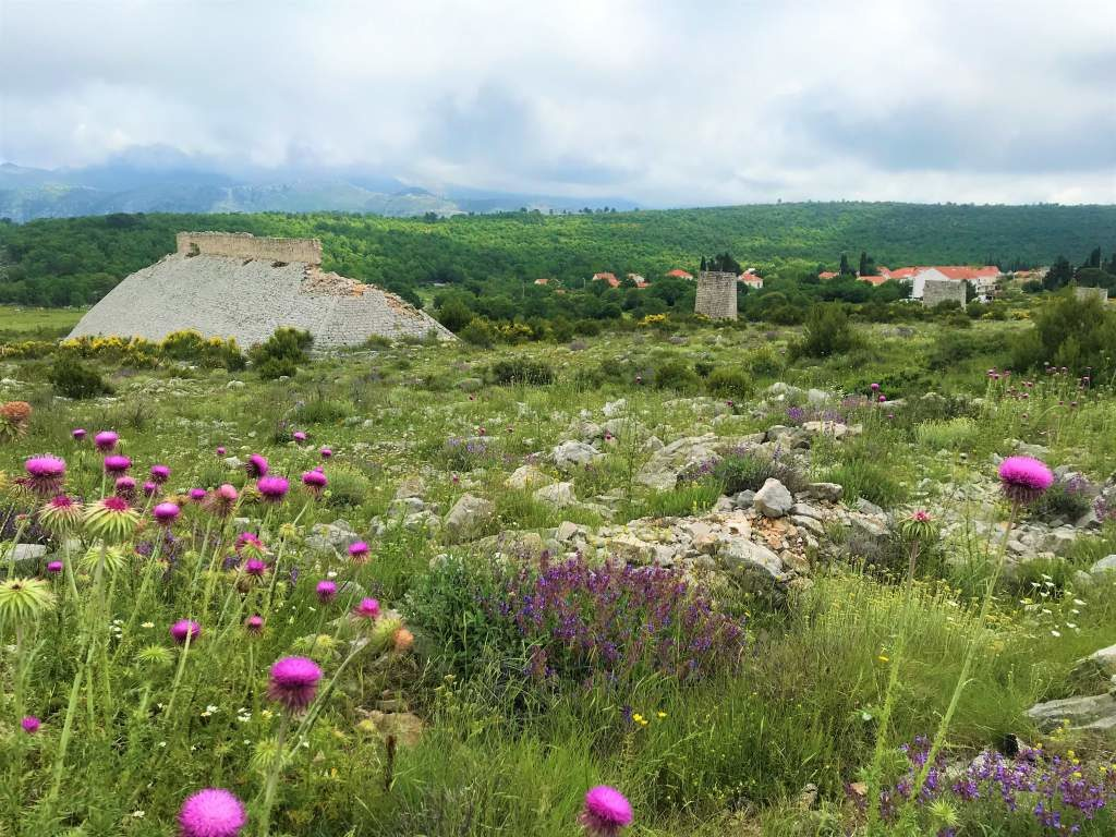 The road to Bosanka passes entirely through the countryside, with ruins scattered about.