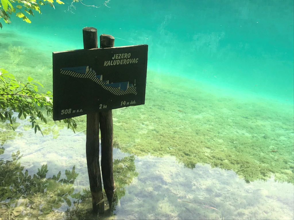 These signs show which lake you're at.