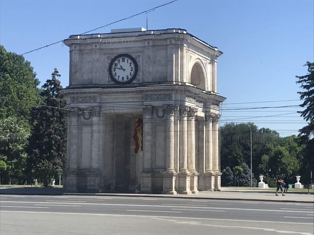 Of all the places to visit in Chişinău, the Arch of Triumph is most popular.