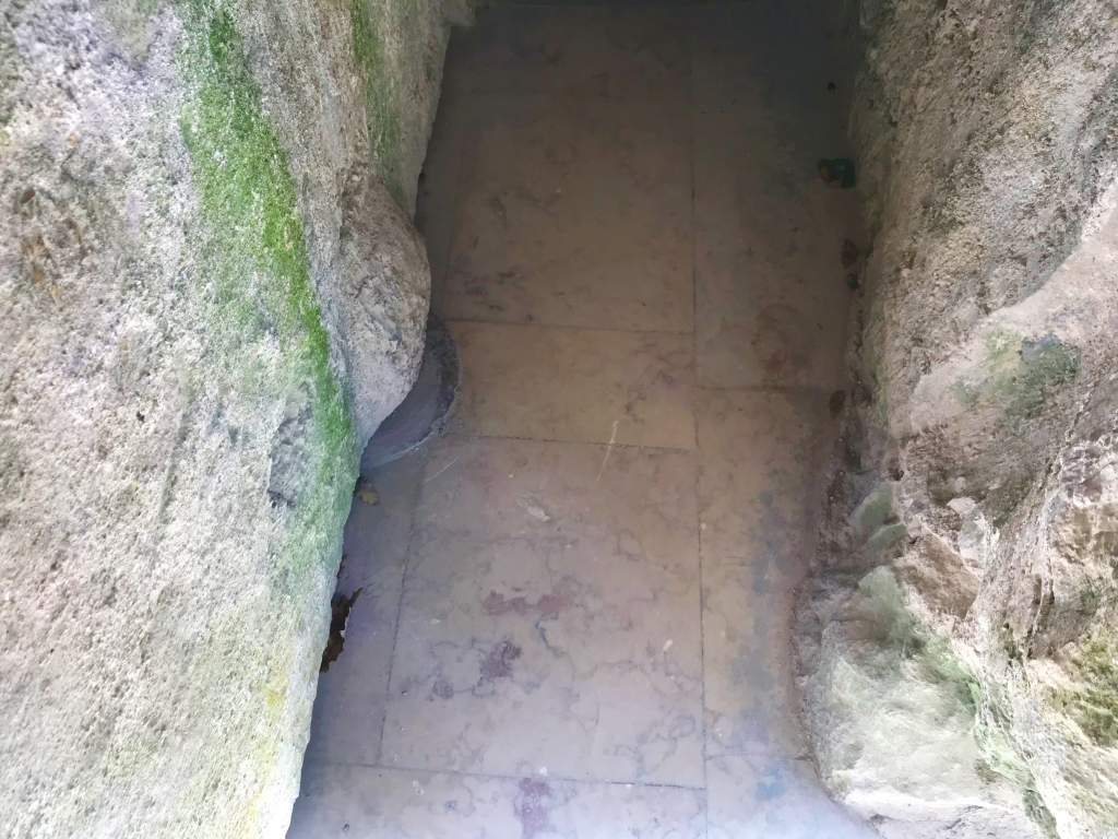 The narrow entrance to Poço Iniciático.