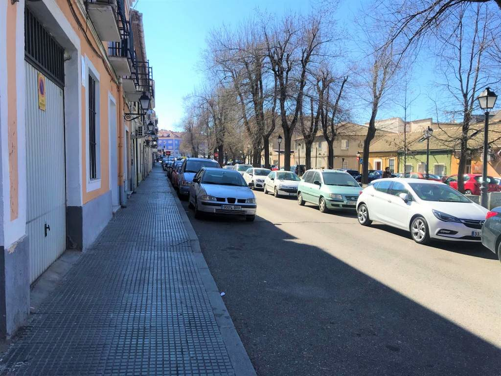 A smooth surface sidewalk in downtown Aranjuez.