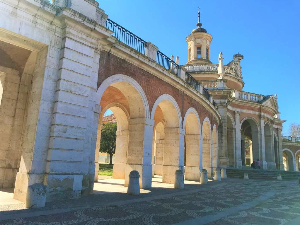 An arched entrance leading to the historical center of Aranjuez.