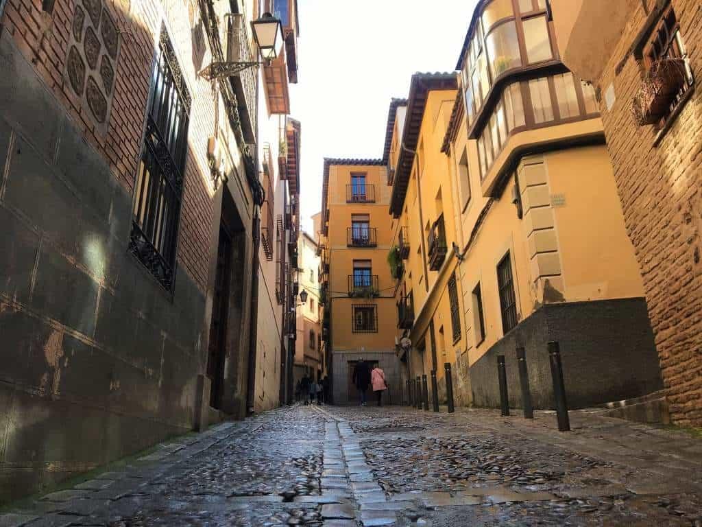 A cobblestone street without sidewalks in Toledo.
