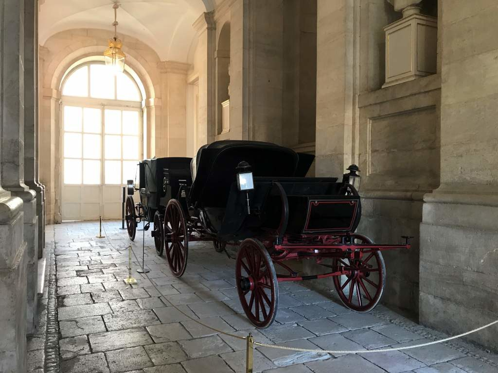 A horse carriage on display inside the first floor of the Aranjuez Palace.