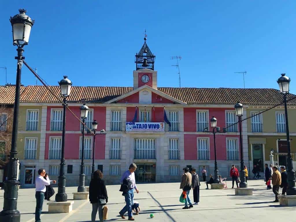 A pink building that sits in the Plaza de La Constitución.