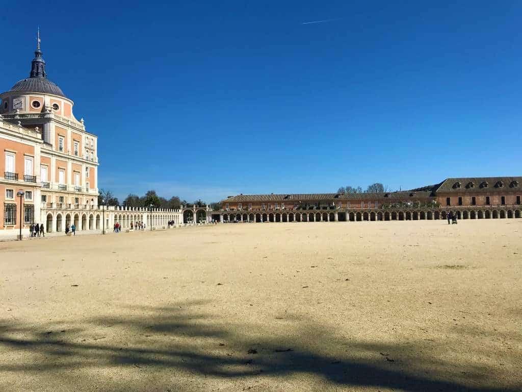 A view of the spacious Plaza de Parejas.