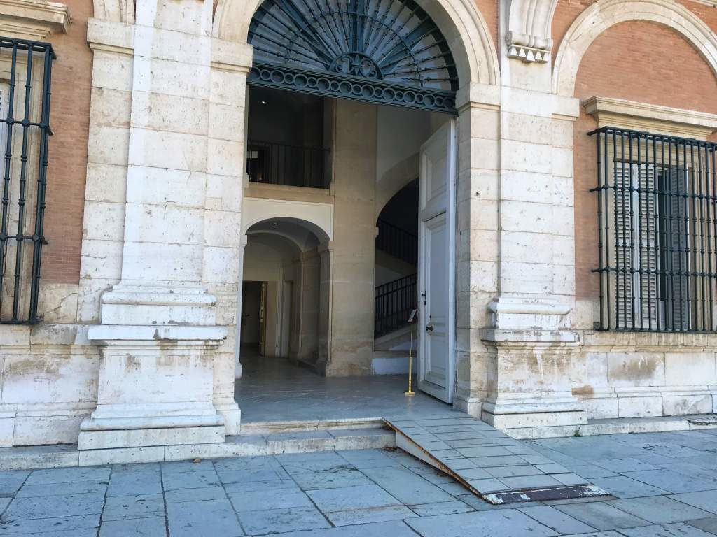A wheelchair accessible ramp leading to the inside of the Aranjuez Palace.