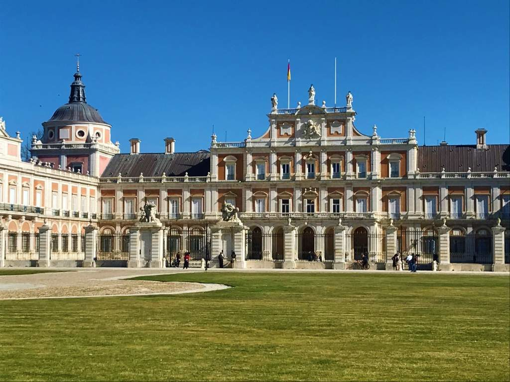 A front view of the Royal Palace of Aranjuez.