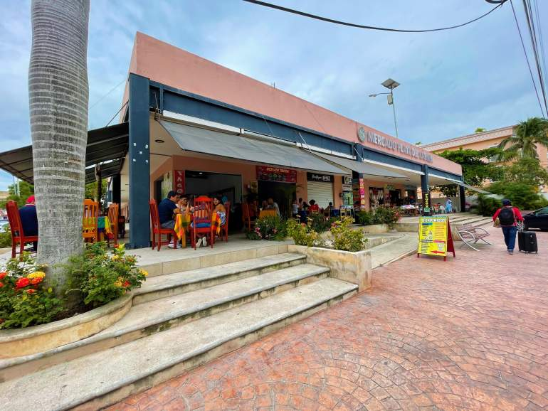 A panoramic view of the outside of Mercado Playa del Carmen.