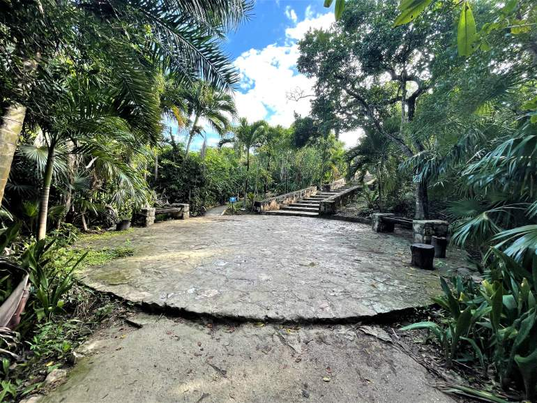 A ledge along the path to the Tulum Ruins.