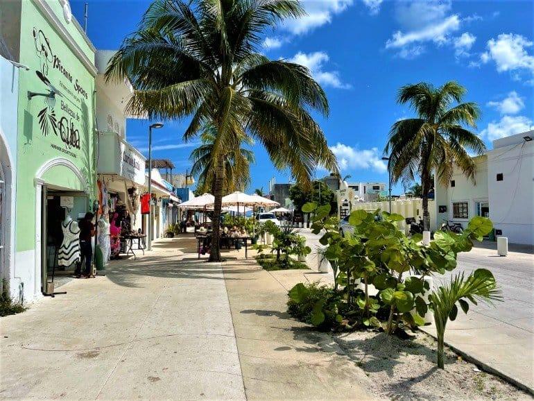 A wide, flat sidewalk in downtown Progreso.