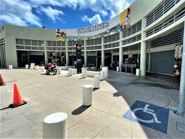 A wheelchair symbol at the entrance of the Progreso Market.